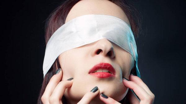 SEXUALIDAD : 3 posiciones sexuales con los ojos vendados que lo hacen todo mejor