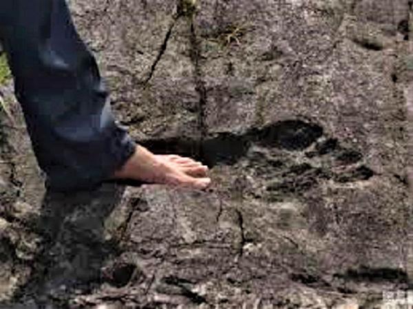 La huella de Pie Grande (Che Uinic) en el Ac tun de San Andrés en Yucatán